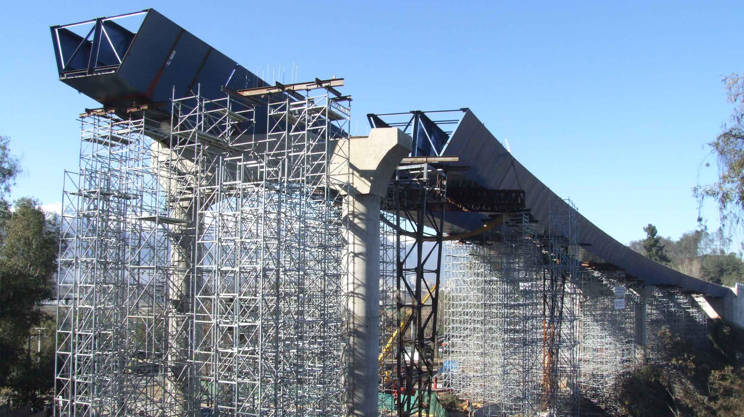 Se trata de un puente viaducto de 3 vanos de 55,9 y 60 m, medidos a lo largo del eje central del viaducto.