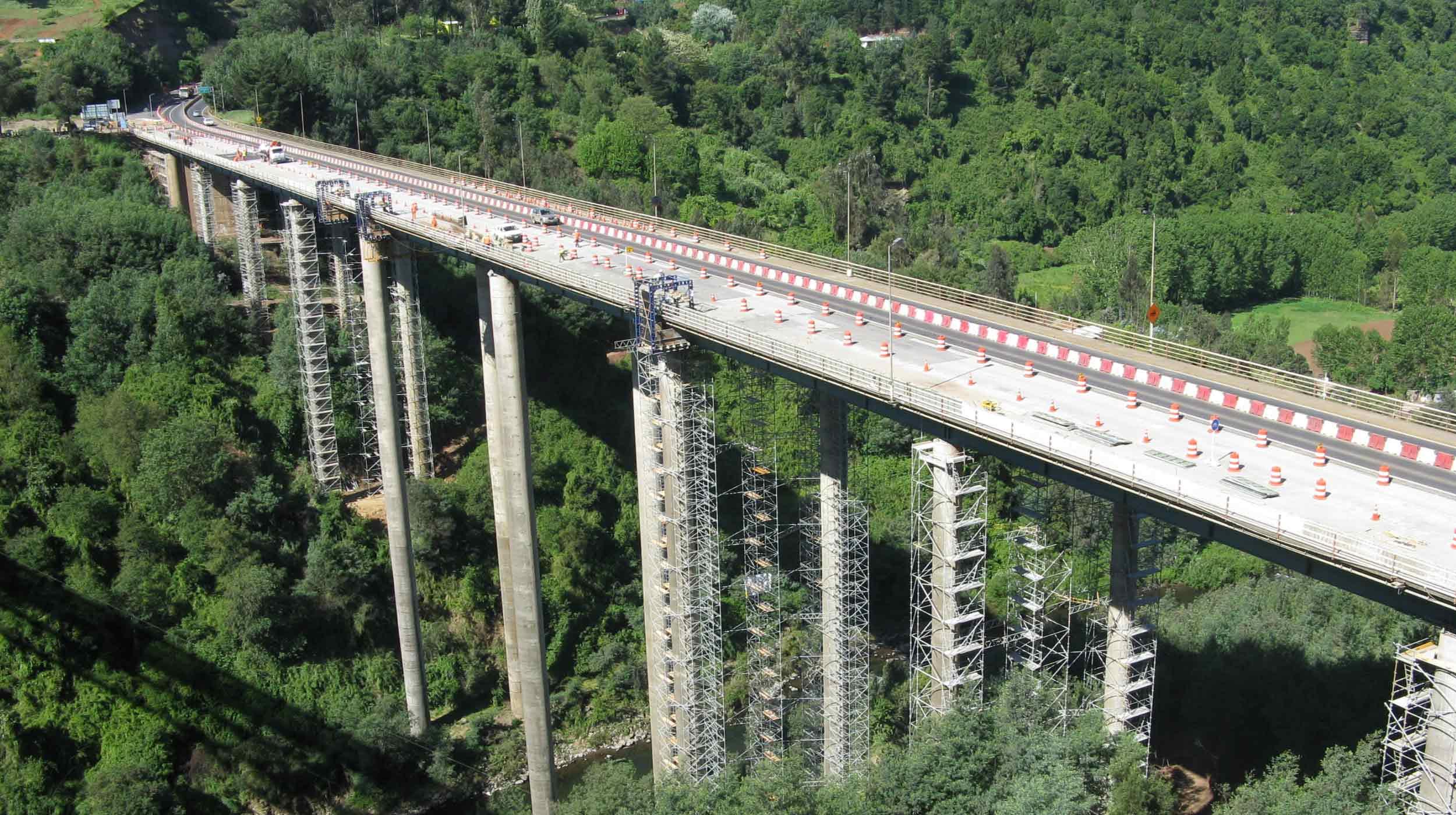 Se trata de un extenso puente carretero que atraviesa el río Malleco y que fue construido entre 1968 y 1973 para mejorar las comunicaciones viales del país.