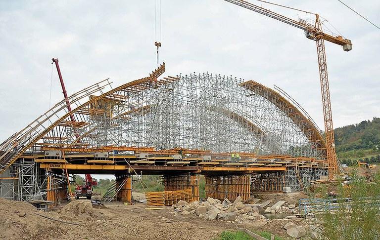 Puente en arco sobre el río Stradomka
